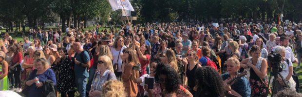 Arts Elke de Klerk bij vrouwenprotestmars: 'We worden proefkonijnen. Dat moeten we niet willen'