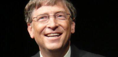 Bill Gates tolereert geen kritische coronaberichten en koopt de media om
