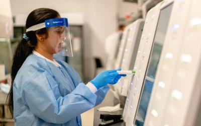 Bombshell Report: 90% of Positive COVID-19 Tests Should Be Negative / Misbruik van de coronatest: waarom de uitvinder luid zou protesteren / Worden mensen feitelijk besmet via de PCR test (intranasaal vaccin)?